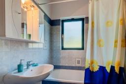 Ванная комната. Греция, Коккино Хорио : Прекрасная вилла с бассейном и зеленым двориком с барбекю, 3 спальни, 2 ванные комнаты, парковка, Wi-Fi