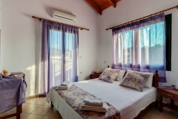 Спальня. Греция, Коккино Хорио : Прекрасная вилла с бассейном и зеленым двориком с барбекю, 3 спальни, 2 ванные комнаты, парковка, Wi-Fi