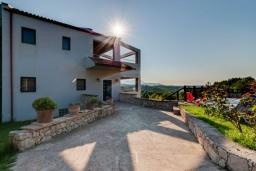 Фасад дома. Греция, Коккино Хорио : Прекрасная вилла с бассейном и зеленым двориком с барбекю, 3 спальни, 2 ванные комнаты, парковка, Wi-Fi