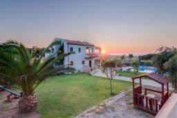 Территория. Греция, Коккино Хорио : Прекрасная вилла с бассейном и зеленым двориком с барбекю, 3 спальни, 2 ванные комнаты, парковка, Wi-Fi