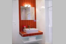 Ванная комната 2. Греция, Коккино Хорио : Прекрасная вилла с бассейном в 50 метрах от моря, 3 спальни, 2 ванные комнаты, барбекю, парковка, Wi-Fi