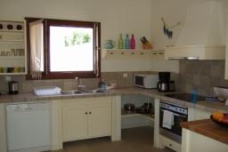 Кухня. Греция, Коккино Хорио : Прекрасная вилла с бассейном в 50 метрах от моря, 3 спальни, 2 ванные комнаты, барбекю, парковка, Wi-Fi
