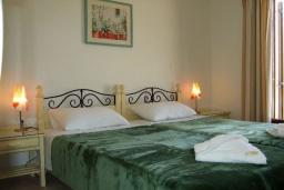 Спальня. Греция, Коккино Хорио : Прекрасная вилла с бассейном в 50 метрах от моря, 4 спальни, 3 ванные комнаты, барбекю, парковка, Wi-Fi