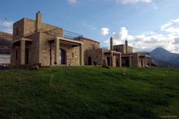 Фасад дома. Греция, Фаласарна : Прекрасная вилла с зеленым двориком и видом на море, 2 спальни, 2 ванные комнаты, парковка, Wi-Fi