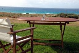Территория. Греция, Фаласарна : Прекрасная вилла с зеленым двориком и видом на море, 2 спальни, 2 ванные комнаты, парковка, Wi-Fi