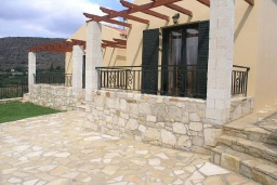 Фасад дома. Греция, Георгиуполис : Прекрасная вилла с бассейном и двориком с барбекю, 2 спальни, парковка, Wi-Fi