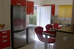 Кухня. Греция, Агия Марина : Роскошная вилла с бассейном и зеленым двориком с барбекю, 4 спальни, 3 ванные комнаты, джакузи, парковка, Wi-Fi