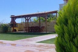 Территория. Греция, Агия Марина : Роскошная вилла с бассейном и зеленым двориком с барбекю, 5 спален, 4 ванные комнаты, джакузи, парковка, Wi-Fi