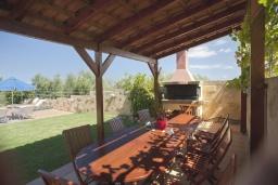 Обеденная зона. Греция, Агия Марина : Роскошная вилла с бассейном и зеленым двориком с барбекю, 5 спален, 4 ванные комнаты, джакузи, парковка, Wi-Fi