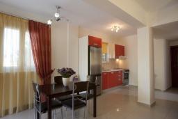 Кухня. Греция, Агия Марина : Роскошная вилла с бассейном и зеленым двориком с барбекю, 5 спален, 4 ванные комнаты, джакузи, парковка, Wi-Fi