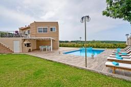 Территория. Греция, Агия Марина : Шикарная вилла с бассейном и двориком с барбекю, 4 спальни, 4 ванные комнаты, джакузи, парковка, Wi-Fi