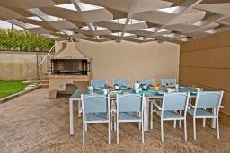 Обеденная зона. Греция, Агия Марина : Шикарная вилла с бассейном и двориком с барбекю, 4 спальни, 4 ванные комнаты, джакузи, парковка, Wi-Fi