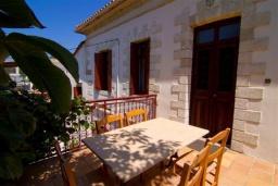 Терраса. Греция, Киссамос Кастели : Каменный дом с бассейном и зеленой территорией, 5 спален, 3 ванные комнаты, барбекю, парковка, Wi-Fi