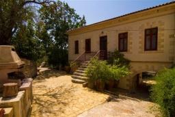 Фасад дома. Греция, Киссамос Кастели : Каменный дом с бассейном и зеленой территорией, 5 спален, 3 ванные комнаты, барбекю, парковка, Wi-Fi