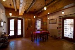Гостиная. Греция, Киссамос Кастели : Каменный дом с бассейном и зеленой территорией, 5 спален, 3 ванные комнаты, барбекю, парковка, Wi-Fi