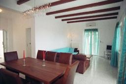 Гостиная. Греция,  Ханья : Роскошная вилла с бассейном и большой зеленой территорией, 2 гостиные, 7 спален, 4 ванные комнаты, джакузи, барбекю, парковка, Wi-Fi