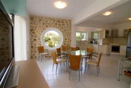 Кухня. Греция,  Ханья : Роскошная вилла с бассейном и большой зеленой территорией, 2 гостиные, 7 спален, 4 ванные комнаты, джакузи, барбекю, парковка, Wi-Fi