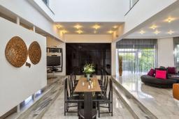 Обеденная зона. Греция,  Ханья : Шикарная вилла с бассейном и зеленой территорией, 2 гостиные, 6 спален, 5 ванных комнат, джакузи, барбекю, парковка, Wi-Fi