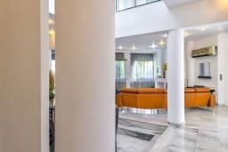 Гостиная. Греция,  Ханья : Шикарная вилла с бассейном и зеленой территорией, 2 гостиные, 6 спален, 5 ванных комнат, джакузи, барбекю, парковка, Wi-Fi