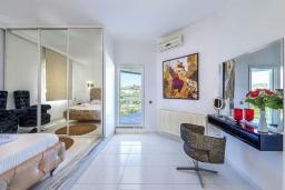 Спальня. Греция,  Ханья : Шикарная вилла с бассейном и зеленой территорией, 2 гостиные, 6 спален, 5 ванных комнат, джакузи, барбекю, парковка, Wi-Fi