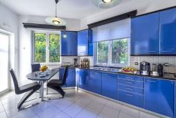 Кухня. Греция,  Ханья : Шикарная вилла с бассейном и зеленой территорией, 2 гостиные, 6 спален, 5 ванных комнат, джакузи, барбекю, парковка, Wi-Fi