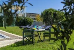 Территория. Греция,  Ханья : Шикарная вилла с бассейном и зеленой территорией, 2 гостиные, 6 спален, 5 ванных комнат, джакузи, барбекю, парковка, Wi-Fi