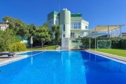 Фасад дома. Греция,  Ханья : Шикарная вилла с бассейном и зеленой территорией, 2 гостиные, 6 спален, 5 ванных комнат, джакузи, барбекю, парковка, Wi-Fi