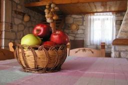 Гостиная. Греция, Скалета : Каменный дом с бассейном и зеленым двориком с барбекю, 2 спальни, парковка, Wi-Fi