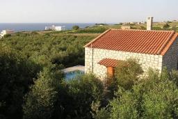 Фасад дома. Греция, Скалета : Каменный дом с бассейном и зеленым двориком с барбекю, 2 спальни, парковка, Wi-Fi