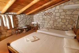 Спальня. Греция, Скалета : Каменный дом с бассейном и зеленым двориком с барбекю, 2 спальни, парковка, Wi-Fi