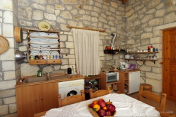 Кухня. Греция, Скалета : Каменный дом с бассейном и зеленым двориком с барбекю, 2 спальни, парковка, Wi-Fi