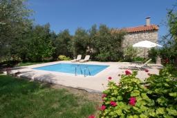 Бассейн. Греция, Скалета : Каменный дом с бассейном и зеленым двориком с барбекю, 2 спальни, парковка, Wi-Fi