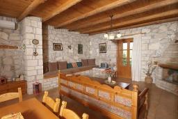 Гостиная. Греция, Скалета : Каменный дом с бассейном и зеленым двориком с барбекю, гостиная, отдельная спальня, парковка, Wi-Fi