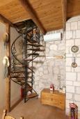 Лестница наверх. Греция, Скалета : Каменный дом с бассейном и зеленым двориком с барбекю, гостиная, отдельная спальня, парковка, Wi-Fi