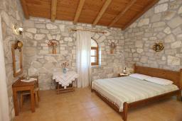 Спальня. Греция, Скалета : Каменный дом с бассейном и зеленым двориком с барбекю, гостиная, отдельная спальня, парковка, Wi-Fi