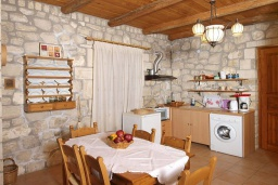 Кухня. Греция, Скалета : Каменный дом с бассейном и зеленым двориком с барбекю, гостиная, отдельная спальня, парковка, Wi-Fi