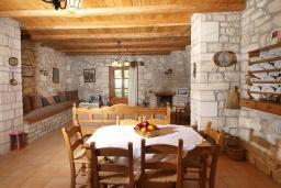 Обеденная зона. Греция, Скалета : Каменный дом с бассейном и зеленым двориком с барбекю, гостиная, отдельная спальня, парковка, Wi-Fi