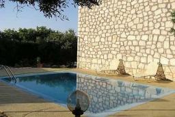 Бассейн. Греция, Скалета : Каменный дом с бассейном и зеленым двориком с барбекю, гостиная, отдельная спальня, парковка, Wi-Fi