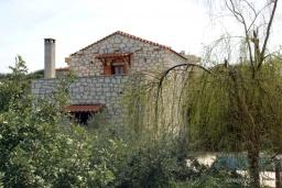 Фасад дома. Греция, Скалета : Каменный дом с бассейном и зеленым двориком с барбекю, гостиная, отдельная спальня, парковка, Wi-Fi
