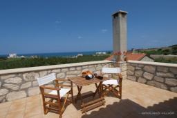 Балкон. Греция, Скалета : Каменный дом с бассейном и зеленым двориком с барбекю, гостиная, отдельная спальня, парковка, Wi-Fi
