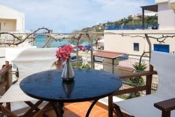 Балкон. Греция, Коккино Хорио : Прекрасная вилла в 50 метра от пляжа, 3 спальни, 2 ванные комнаты, барбекю, парковка, Wi-Fi