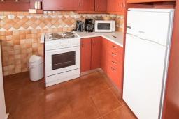 Кухня. Греция, Коккино Хорио : Прекрасная вилла в 50 метра от пляжа, 3 спальни, 2 ванные комнаты, барбекю, парковка, Wi-Fi