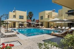 Фасад дома. Греция, Малеме : Роскошная вилла в комплексе с большим бассейном, детской площадкой, местом для барбекю, сауной, 3-мя спальнями, парковкой, Wi-Fi