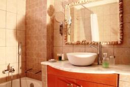 Ванная комната. Греция, Плакиас : Замечательная вилла с бассейном и видом на море, 3 спальни, 2 ванные комнаты, джакузи, зеленый сад, барбекю, парковка, Wi-Fi