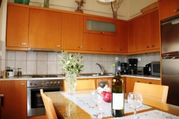 Кухня. Греция, Плакиас : Замечательная вилла с бассейном и видом на море, 3 спальни, 2 ванные комнаты, джакузи, зеленый сад, барбекю, парковка, Wi-Fi