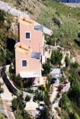 Фасад дома. Греция, Плакиас : Замечательная вилла с бассейном и видом на море, 3 спальни, 2 ванные комнаты, джакузи, зеленый сад, барбекю, парковка, Wi-Fi