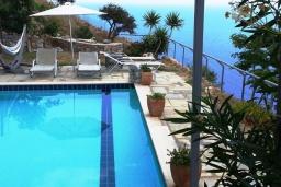 Бассейн. Греция, Плакиас : Замечательная вилла с бассейном и видом на море, 3 спальни, 2 ванные комнаты, джакузи, зеленый сад, барбекю, парковка, Wi-Fi