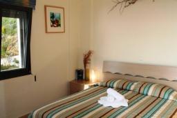 Спальня 2. Греция, Плакиас : Замечательная вилла с бассейном и видом на море, 3 спальни, 2 ванные комнаты, джакузи, зеленый сад, барбекю, парковка, Wi-Fi