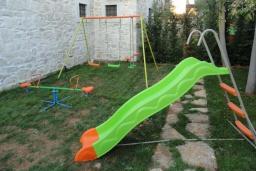 Детская площадка. Греция, Гувес : Роскошная вилла с большим бассейном и зеленым двориком с барбекю, 4 спальни, 3 ванные комнаты, детская площадка, парковка, Wi-Fi