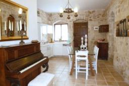 Кухня. Греция, Гувес : Роскошная вилла с большим бассейном и зеленым двориком с барбекю, 4 спальни, 3 ванные комнаты, детская площадка, парковка, Wi-Fi